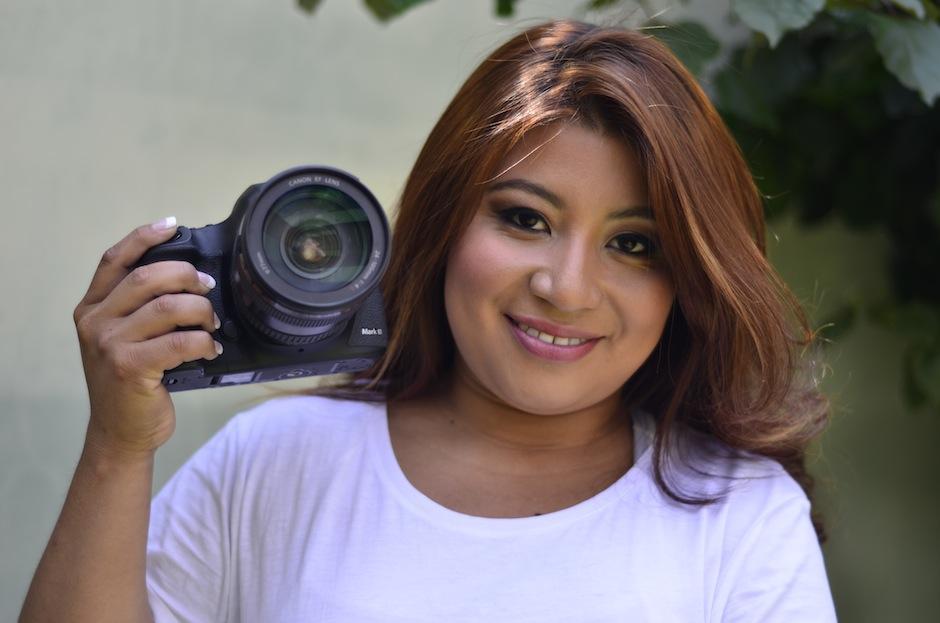 La cámara es el medio que Maribel utiliza para generar el respeto a los animales. (Foto: Selene Mejía/Soy502)