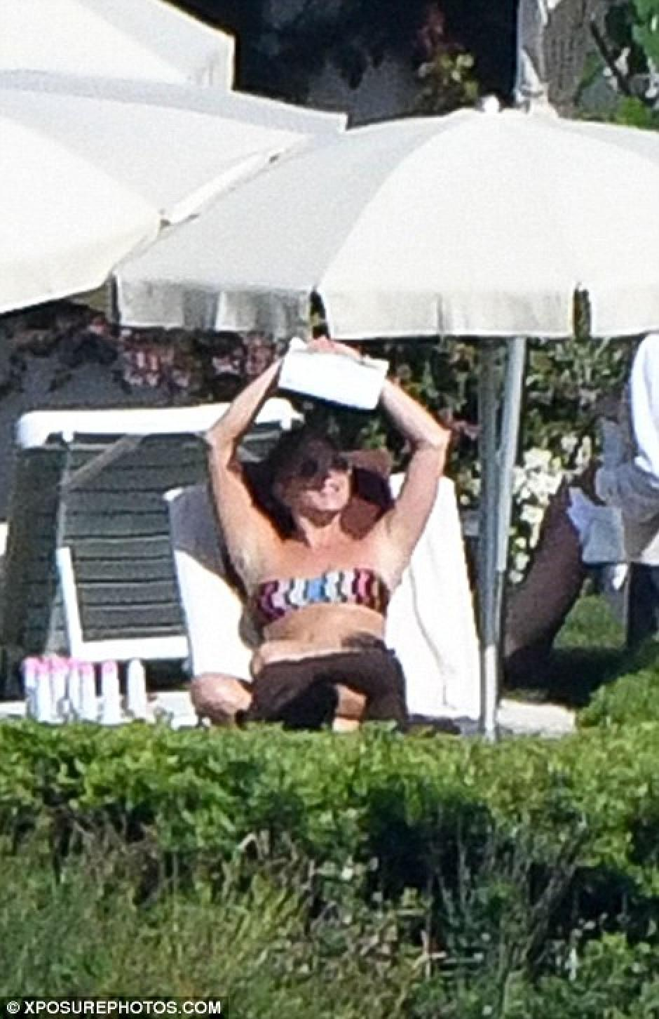 El sol abrasador sacó una sonrisa a la actriz. (Foto: xposure.com)