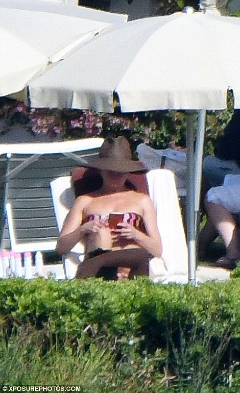 A pesar de sus vacaciones no dejó de ver su celular. (Foto: xposurephotos.com)