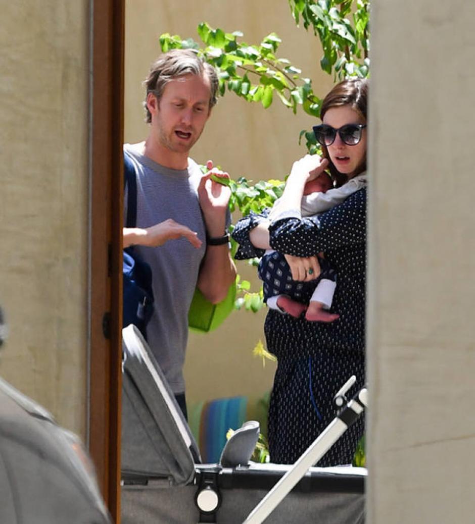 Anne protege a su bebé del sol y de los paparazzis. (Foto: elsalvador.com)
