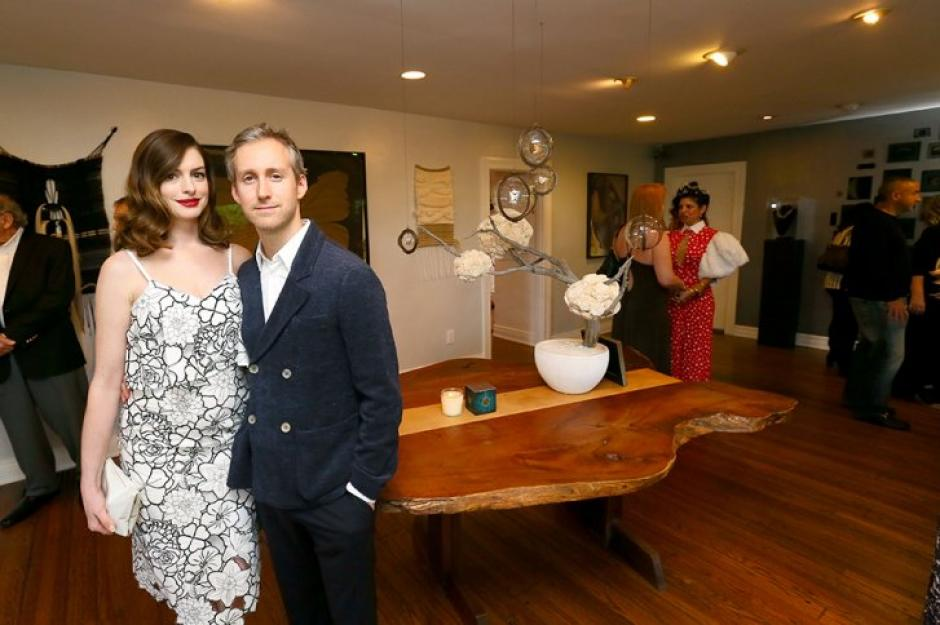 Anne Hathaway junto a su esposo Adam Shulman. (Foto: AFP/Mark Davis)