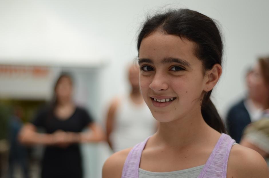 Victoria Morales encarna a la pequeña huérfana que busca desesperadamente a sus padres. (Foto: Selene Mejía/Soy502)