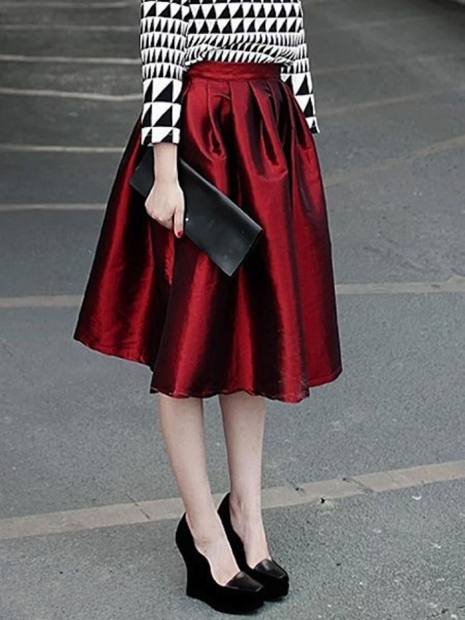 Las faldas amplias en fibras de seda son la sensación del momento, el tono vino tinto de esta prenda agregará elegancia para el cambio de ciclo. (Foto: Pinterest)