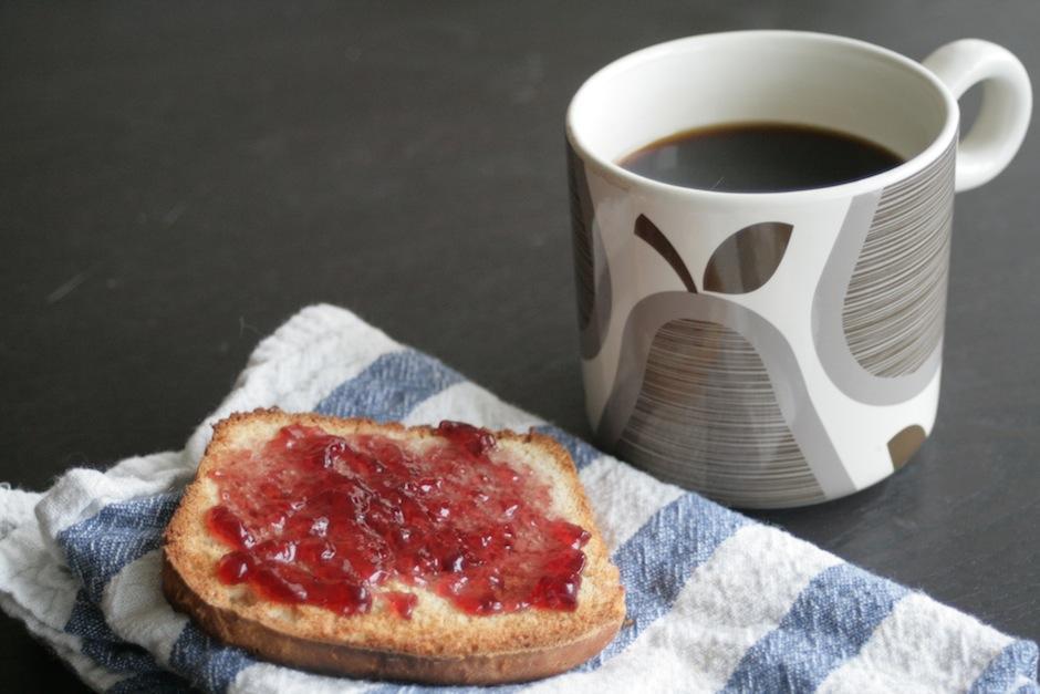 Antes del gym: la cafeína una hora antes del ejercicio incrementa la resistencia; un pan tostado te da los carbohidratos necesarios. (Foto: wordpress.com)