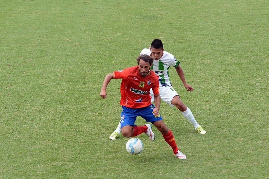 El uruguayo, Guastón Puerari, debutó con la camisola roja. Tuvo poca participación y contacto con el balón. (Foto: Salvador Revolorio/Nuestro Diario)