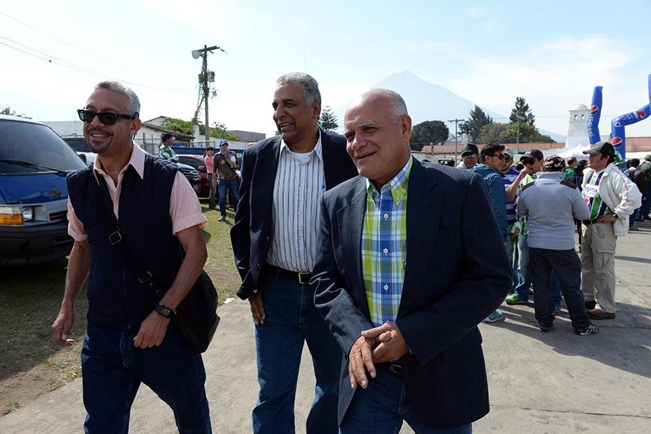 El técnico de la Selección, Walter Claverí (der); llegó al estadio Pensativo acompañado por Víctor Hugo Monzón y David Gardiner. (Foto: Diego Galiano/Nuestro Diario)