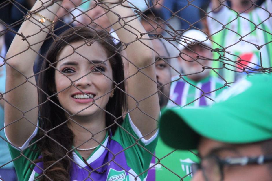 Mujeres y niños llegaron al Estadio Pensativo. (Foto: Fredy Hernández/Soy502)