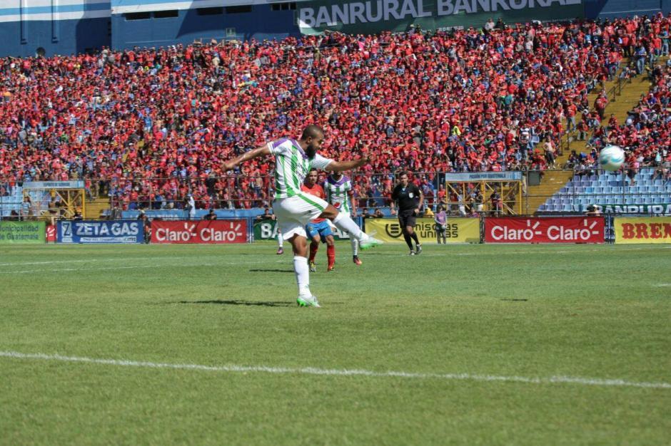 Antigua GFC se coronó campeón, ante un Doroteo Guamuch que se había vestido de rojo. (Foto: Luis Barrios/Jorge Rojas/Soy502)