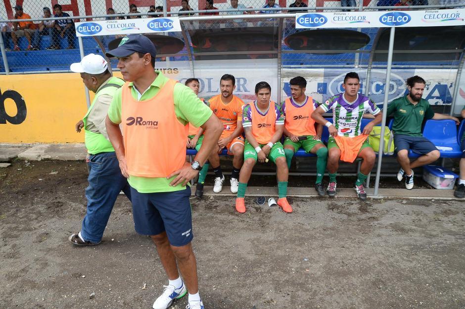 El técnico de Antigua, Mauricio Tapia, sufrió desde el banquillo. (Foto: Sergio Muñoz/Nuestro Diario)