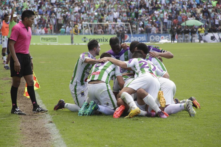 Luego de un golazo de tiro libre, los jugadores festejan el triunfo. (Foto: Fredy Hernández/Soy502)