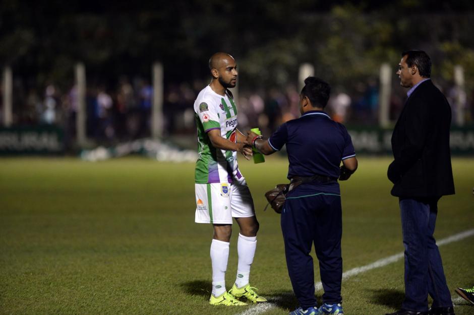 El costarricense, Alexander Robinson, recibe indicaciones del técnico Mauricio Tapia.(Foto: Diego Galiano/Nuestro Diario)