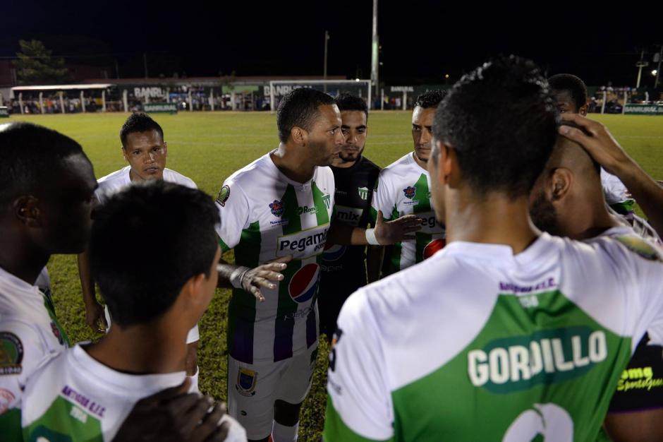 Antes del partido hablaron los jugadores de Antigua. Se apoyaron entre ellos, especialmente a los compañeros acusados en el caso doping.(Foto: Diego Galiano/Nuestro Diario)