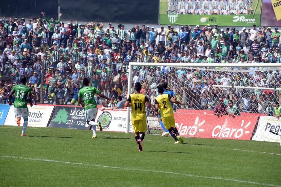 El balón entra a la portería defendida por Juan José Paredes