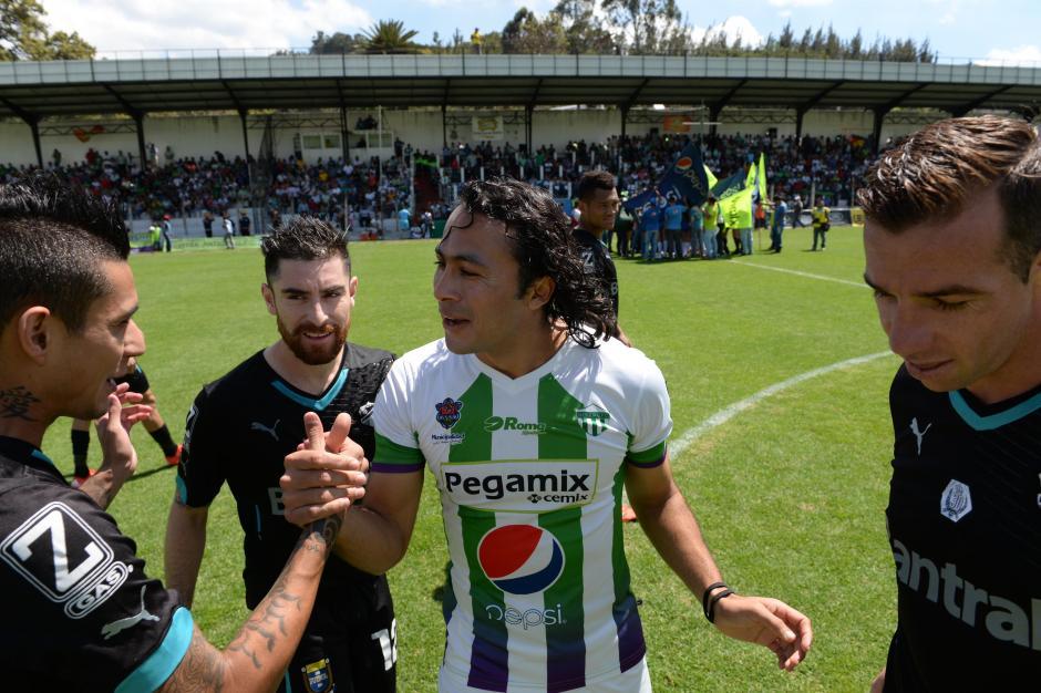 Excompañeros y amigos; Agustín Herrera se saludó con varios de sus excompañeros en Comunicaciones, antes del partido que ganaron los cremas. (Foto: Diego Galiano/Nuestro Diario)