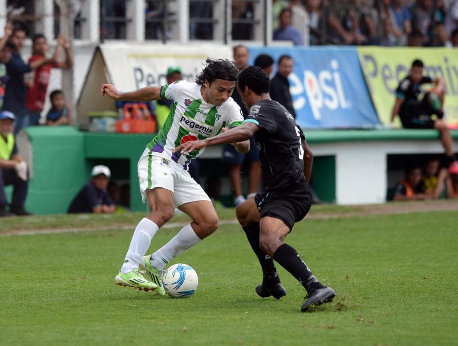 El mexicano, Agustín Herrera, trata de eludir la marca de Wilson Lalín. (Foto: Diego Galiano/Nuestro Diario)