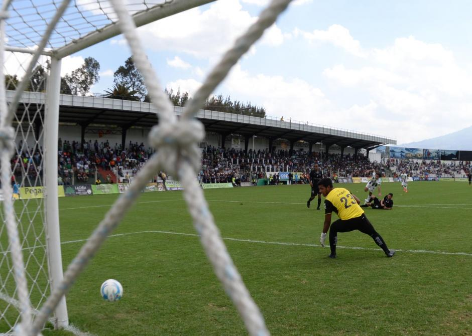 Mynor Padilla ve pasar el remate de Agustín Herrera que terminó en gol de descuento para Antigua. Herrera no lo celebró ante su exequipo. (Foto: Diego Galiano/Nuestro Diario)