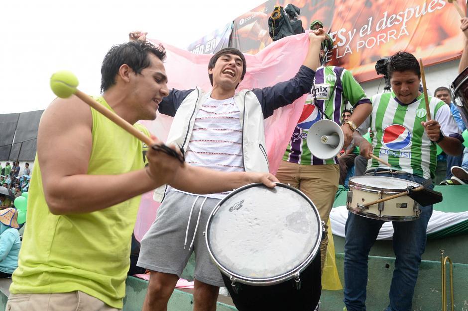 Los panzasverdes llegaron en buen número al estadio Pensativo, desafiaron la lluvia que cayó en la ciudad Colonial.(Foto: Nuestro Diario)