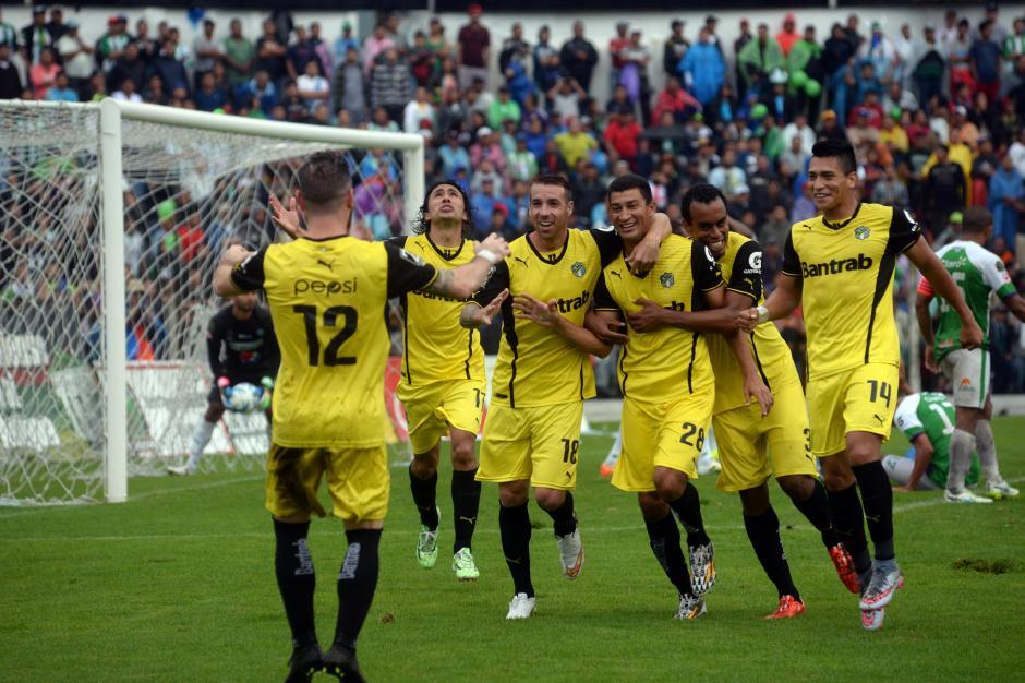 Joel Benítez es felicitado por sus compañeros, tras el tanto del trinfo en el estadio Pensativo.(Foto: Nuestro Diario)