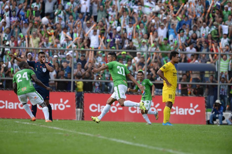 Walter López marca como válido el 2-0 anotado por Édgar Chinchilla para Antigua GFC. (Foto: Nuestro Diario)