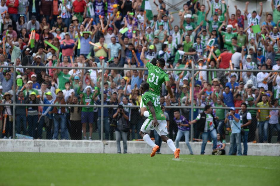 Édgar Chinchilla celebra con un salto el 2-0 definitivo ante el Deportivo Guastatoya. (Foto: Nuestro Diario)