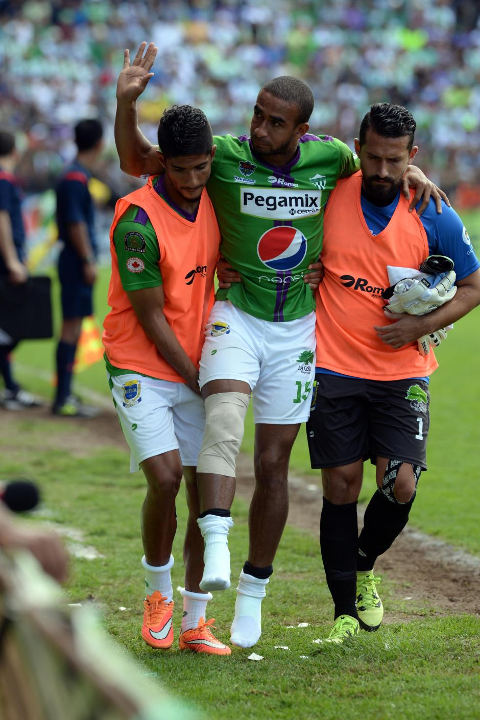 Fredy Thompson se despide tras haber salido prematuramente del juego debido a una lesión. (Foto: Nuestro Diario)