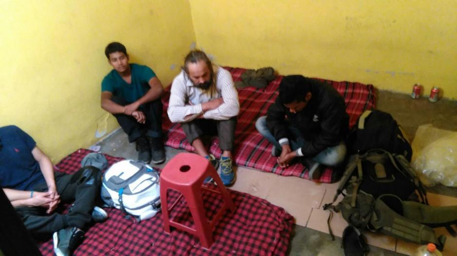 Los extranjeros fueron encontrados en una vivienda de Huehuetenango, dormían en colchonetas en el suelo, como se muestra en la imagen. (Foto: PNC)