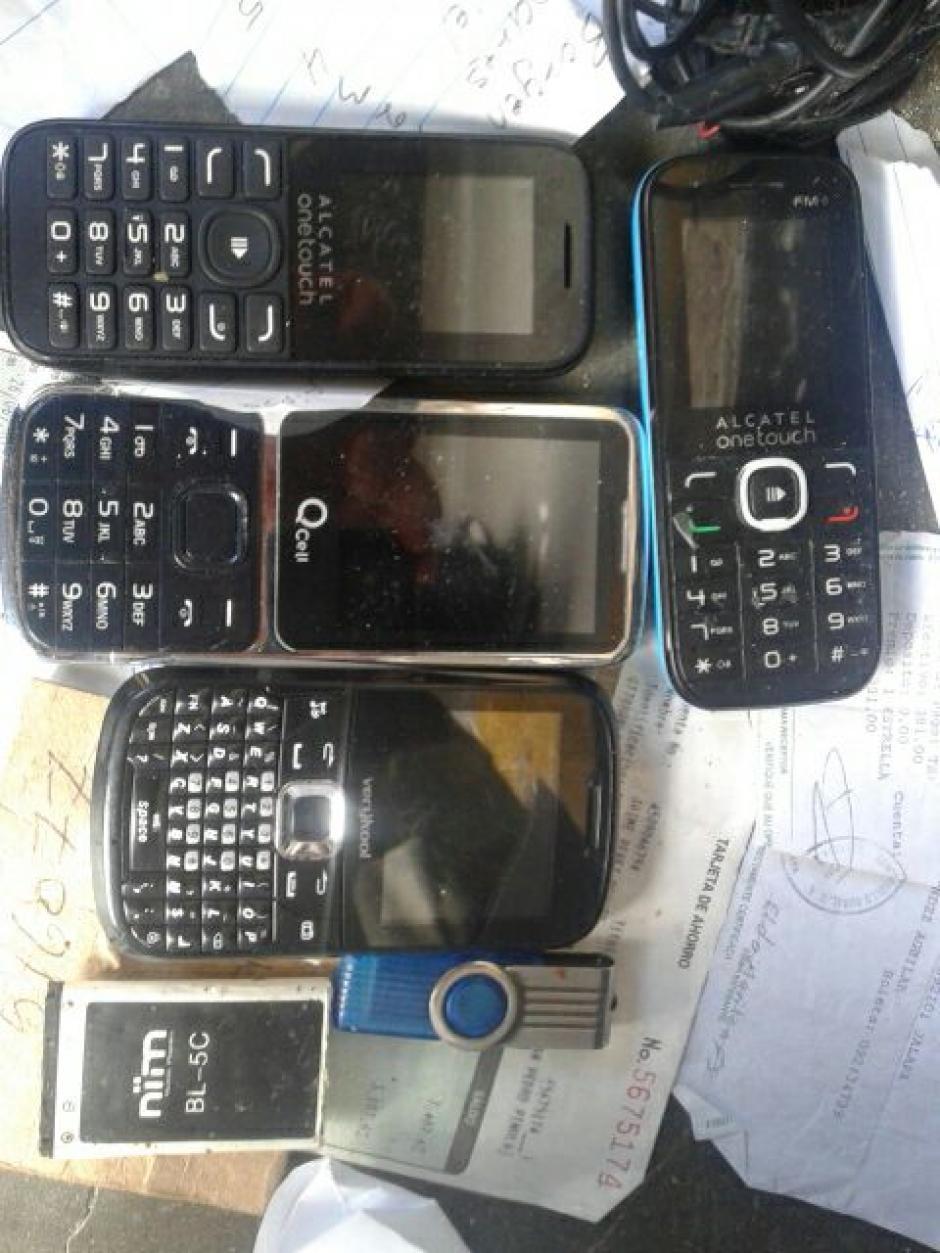 Esto son algunos de los celulares decomisados en la cárcel de Jalapa. (Foto: MP)