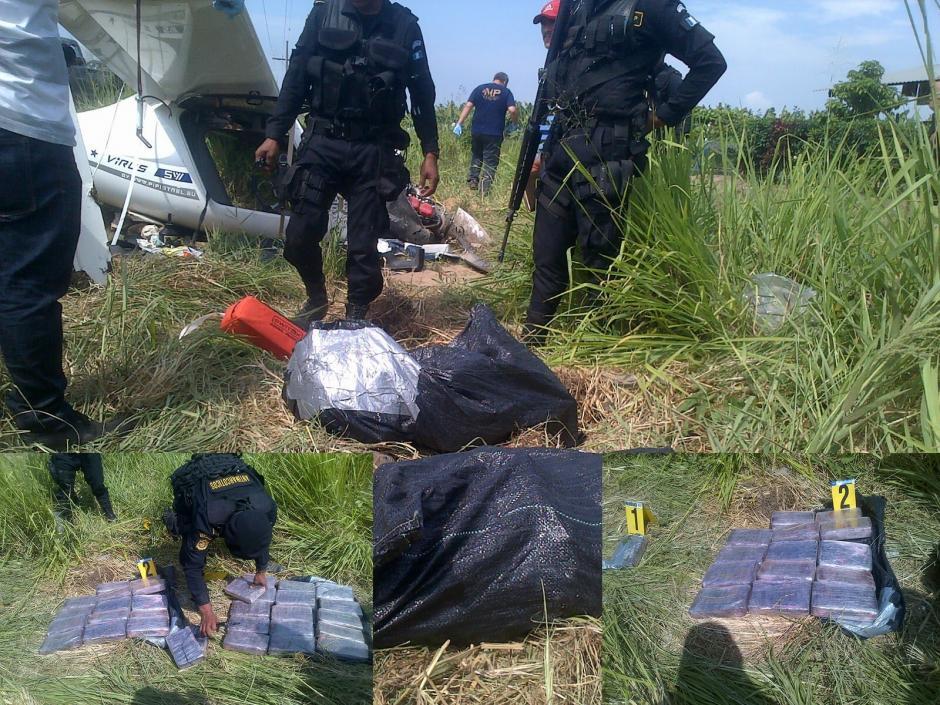 La Policía Nacional Civil (PNC) localizó en el interior de la avioneta accidentada 33 paquetes de cocaína. (Foto: PNC)