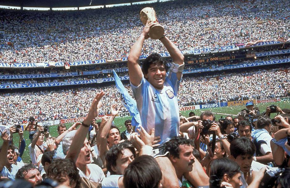 """Al final del Mundial México 86, Maradona levantó la copa en el mismo estadio Azteca donde marcó la """"Mano de Dios"""". (Foto: Nación)"""