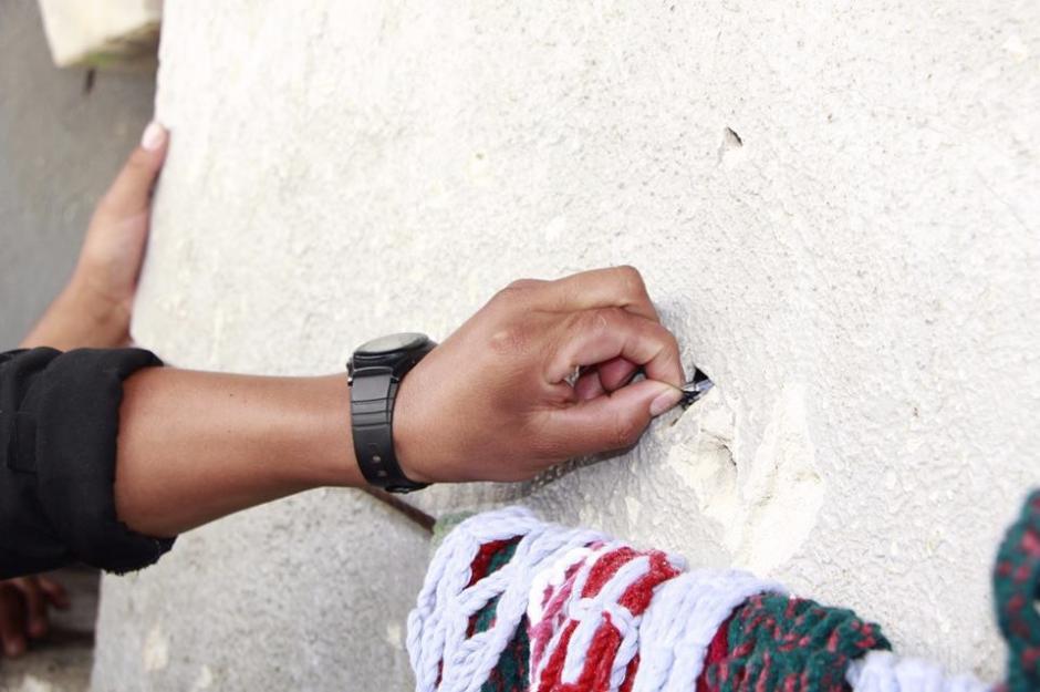 Los investigadores encontraron los envoltorios de marihuana escondidos en orificios de la pared del penal de Jalapa. (Foto: MP)