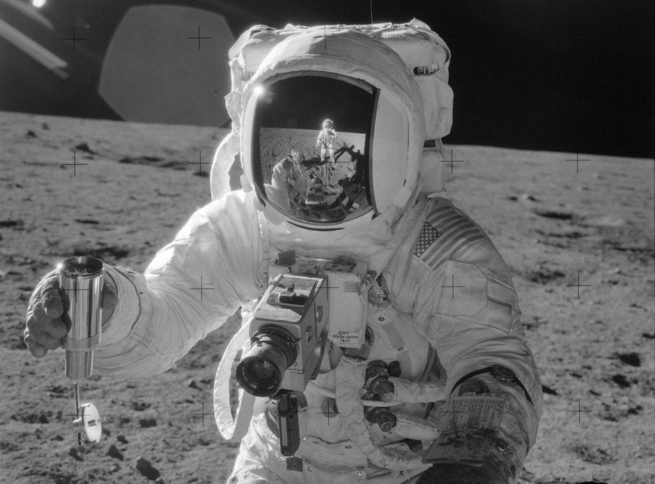 El astroanuta del Apolo 12, Alan Bean, fotografiado por el comandante Pete Conrad, reflejado en el visor, en noviembre de 1969. (Foto: Nasa)