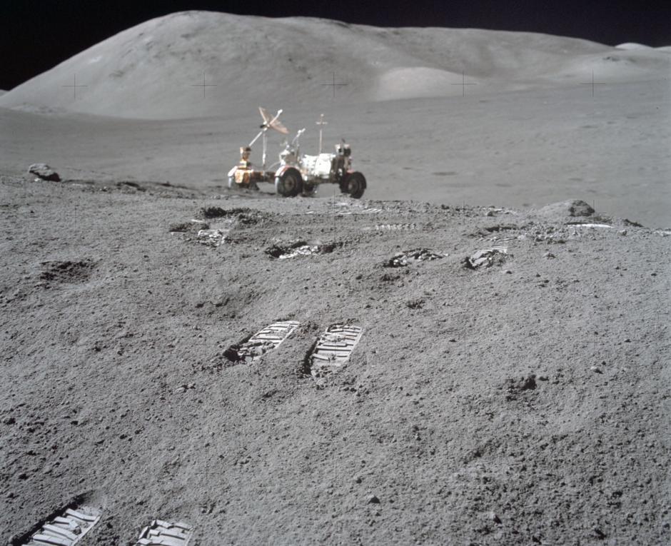 """Huellas visibles de un astronauta luego de hacer """"salto de conejo"""" en la superficie lunar, en la misión del Apolo 17. (Foto: Nasa)"""