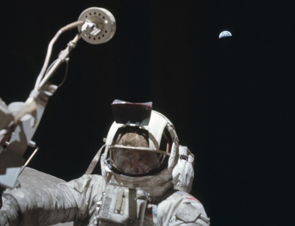 El astronauta Harrison Schmitt, del Apolo 17, posa junto a la tierra. (Foto: Nasa)