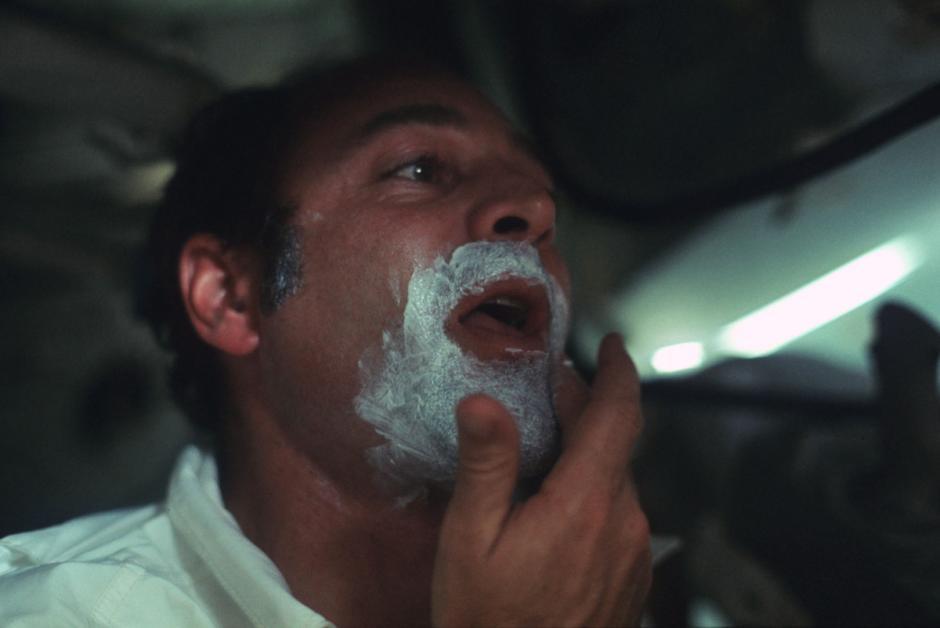 El astronauta Ron Evans, del Apolo 17, se afeita durante el viaje de diciembre de 1972. (Foto: Nasa)