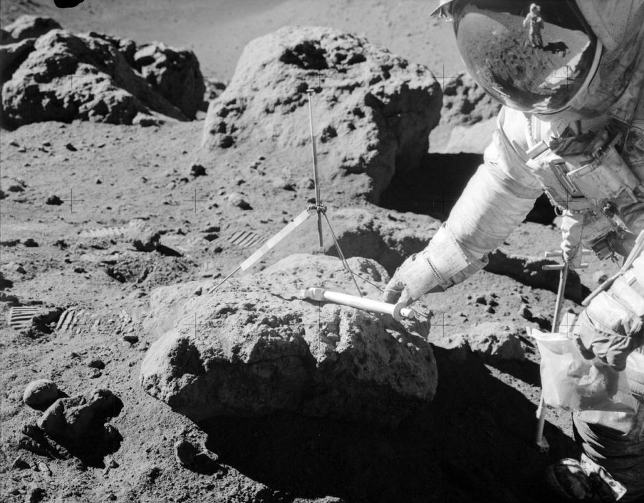 El astronauta Dave Scott del Apolo 15, toma muestras de la base lunar en agosto de 1971. (Foto: Nasa)
