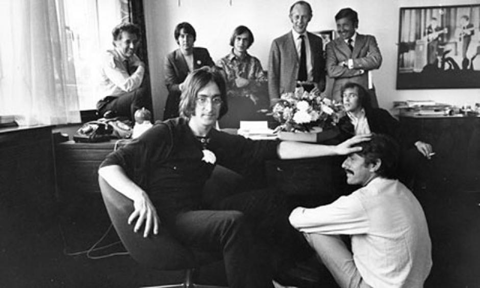 The Beatles anuncian en 1968 la creación de Apple Records. En la imagen se observa al personal de Apple Corp. con Paul McCartney y John Lennon. (Foto: Jane Bown para el Observador Jane Bown / Observador)