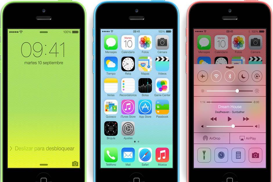 """El iPhone 5C cuenta con una pantalla retina de 4 pulgadas, cámara """"iSight"""" de 8 megapíxeles y un procesador A6. Estará disponible en cinco carcasas de policarbonato: rosado, verde, blanco, azul y amarillo."""