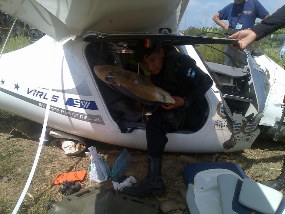 La avioneta quedó en una aldea de Ocós, San Marcos, después de realizar un aterrizaje forzado en la mañana del domingo 28 de febrero. (Foto: PNC)