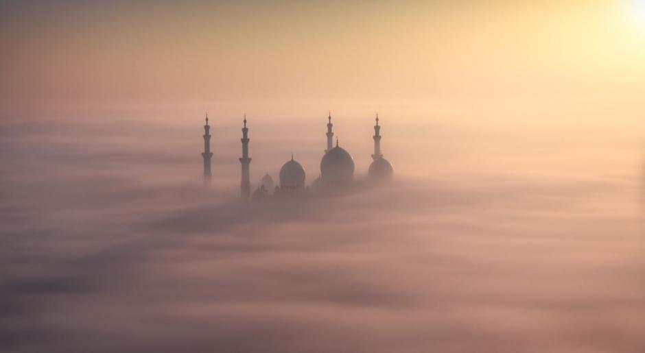 Increíble fotografía de la Gran Mezquita Sheikh Zayed, la cual parece flotar sobre nubes en Abu Dhabi. (Foto: Khalid Al Hammadi/National Geographic)