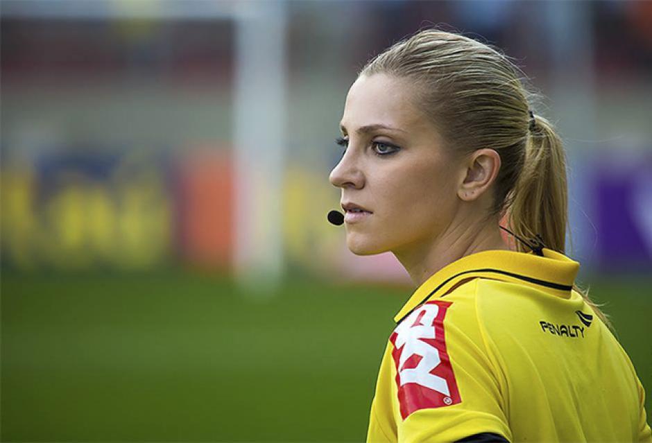 Hombres y mujeres se desempeñan como árbitros alrededor del mundo. (Foto: arbitro10.com)