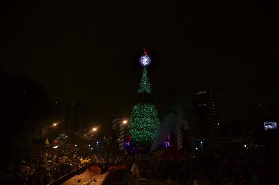 El tradicional conteo regresivo fue el puntapíe para que las luces iluminaran la ciudad de Guatemala. (Foto: George Rojas/Soy502)