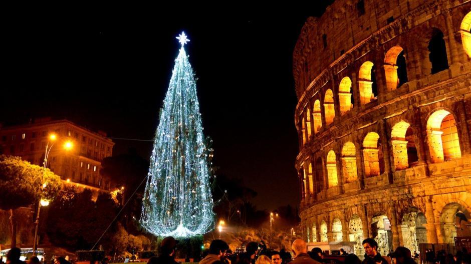 Árbol instalado frente al Coliseo romano, en Italia. (Foto: AFP)