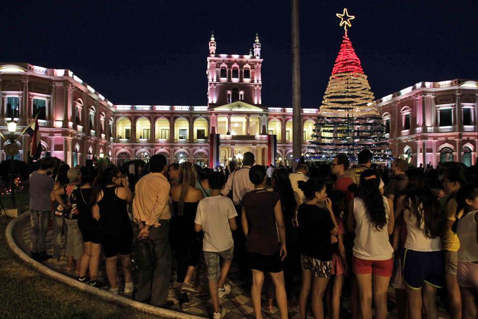 El árbol se construyó con botellas de reciclaje y se iluminó con luces de los colores de la bandera de Paraguay