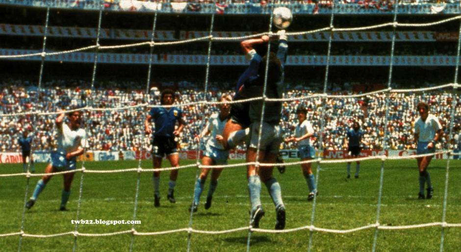 Desde atrás de la portería asi se captó el gol de Maradona a Inglaterra en México 86. (Foto: Olé)
