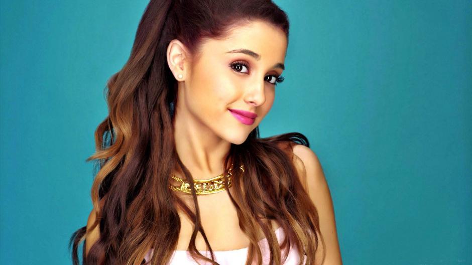 Ariana Grande no es tan inocente como lo refleja su rostro. Ahora está envuelta en un escándalo aparentemente por lamer varias donas en una tienda.