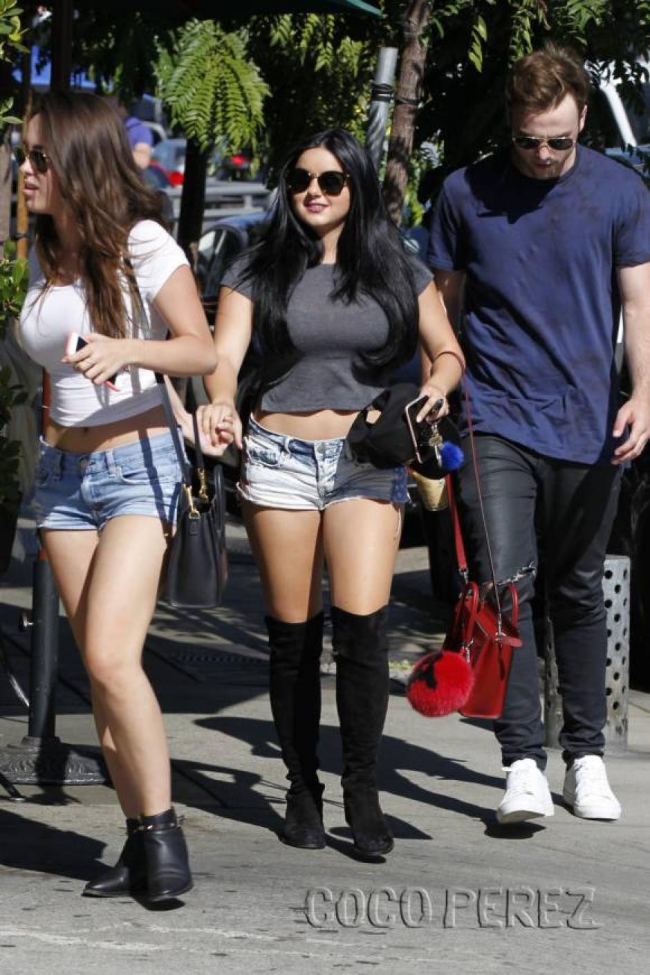 Los pantaloncillos de la joven actriz y sus botas fueron el centro de atención. (Foto: Perez Hilton)