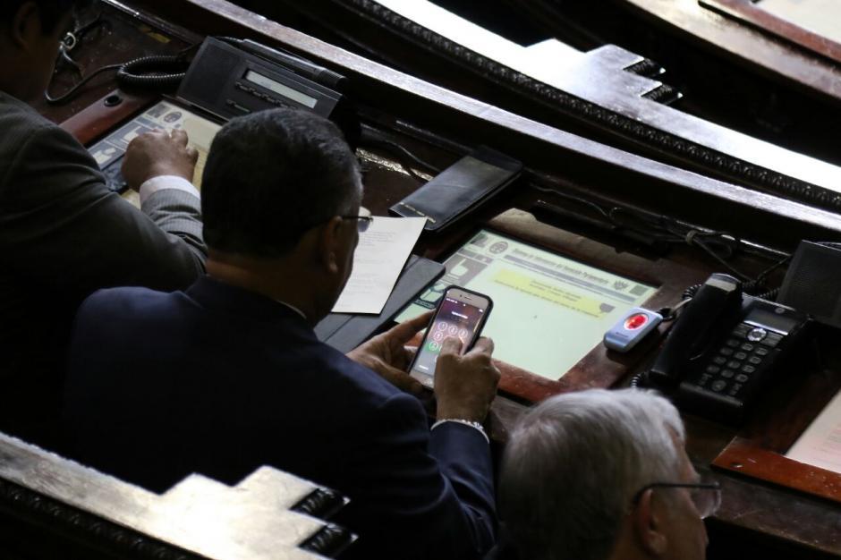 Arístides Crespo también revisó su teléfono durante la sesión. (Foto: Alejandro Balán/Soy502)