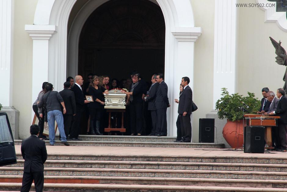 """Un conjunto de marimba interpretó la melodía """"Lágrimas de Telma"""", mientras el féretro con los restos de Nohemí Morales de Arjona era sacado de la iglesia. (Foto: Luis Barrios/Soy502)"""