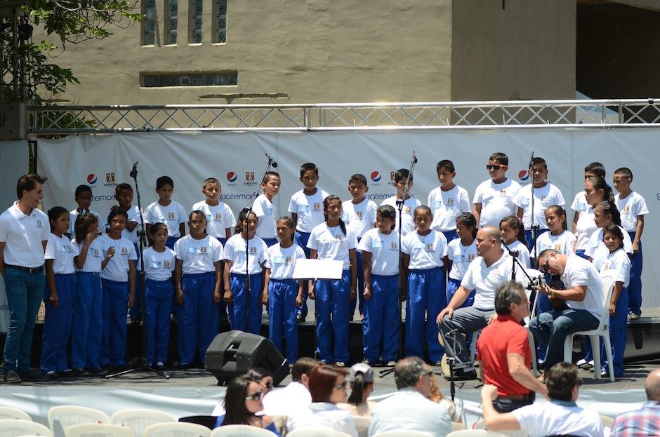 """El coro de niños de la primera escuela de la Fundación Adentro """"Noemí Morales de Arjona"""", interpretó el himno nacional. (Foto: Selene Mejía/Soy502)"""