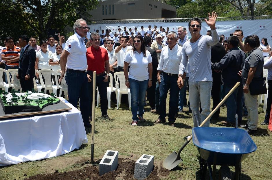Ricardo Arjona colocó la primera piedra de la nueva escuela de la fundación Adentro. (Foto: Selene Mejía/Soy502)